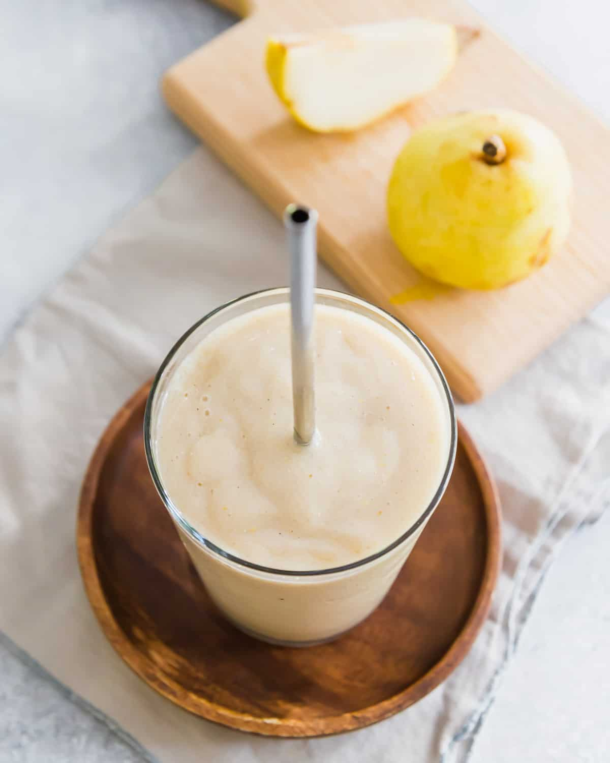 A simple pear smoothie with banana, vanilla, cinnamon and cardamom flavors.