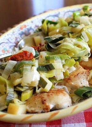 Chicken with leeks, apples and sun-dried tomatoes