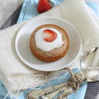 Individual Vanilla Cakes with Strawberries and Cream