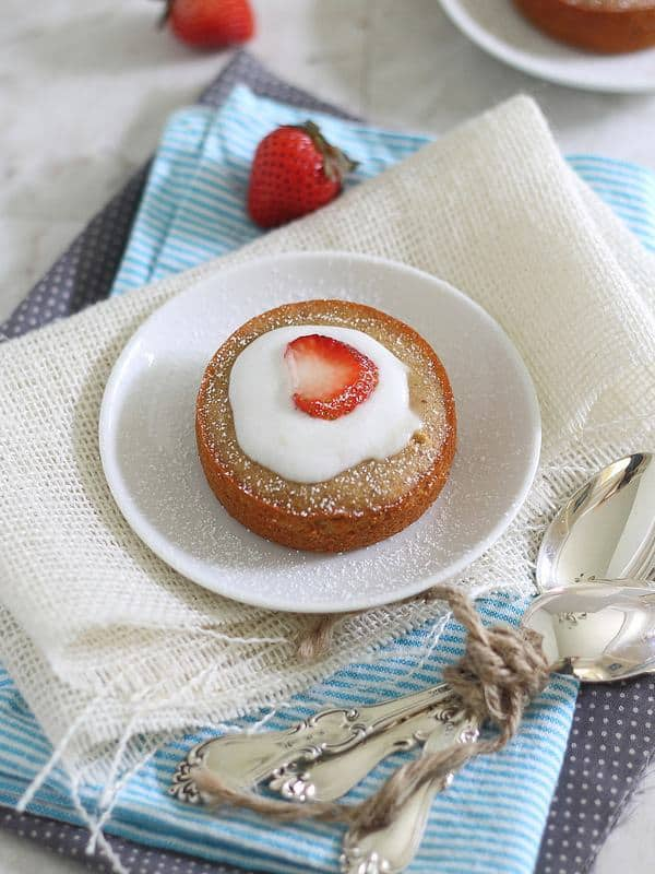 Individual vanilla cakes with strawberries and cream