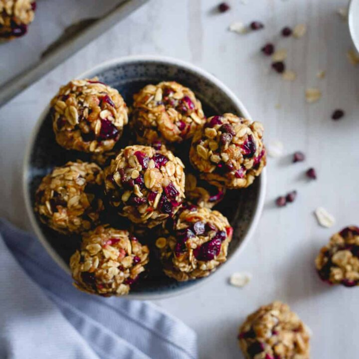 These no bake oatmeal cookie bites are loaded with cranberries, orange and mini chocolate chips. A healthy snack that tastes just like a cookie!