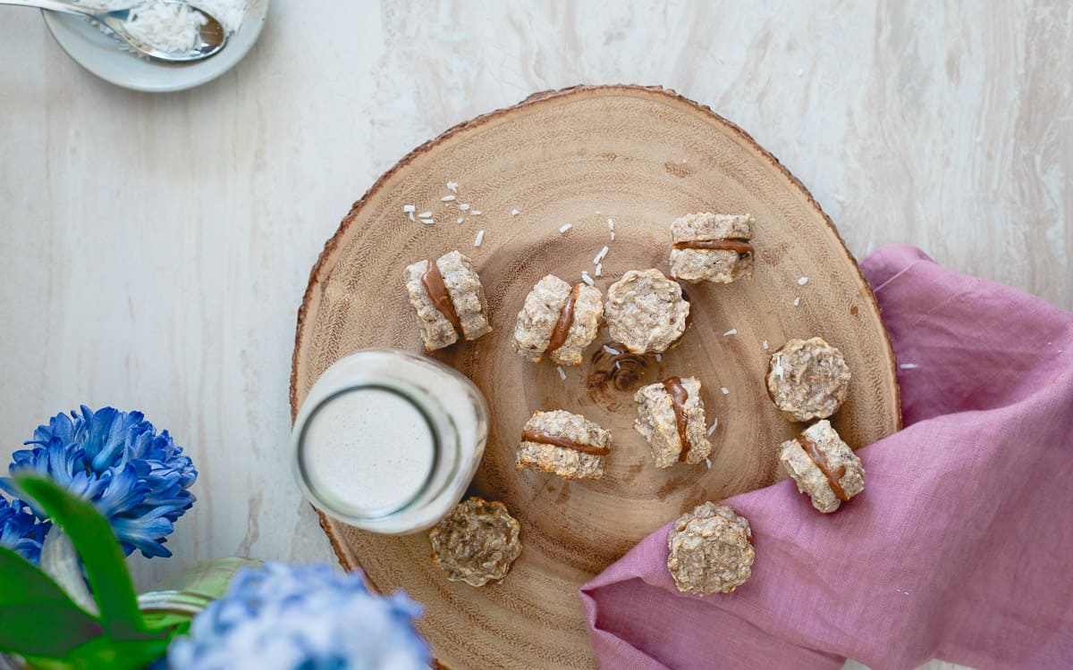 With just 5 ingredients, these banana macaroon sandwich cookies are too easy not to make!