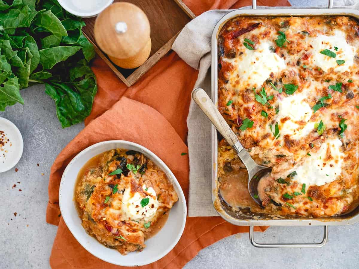 With turkey sausage, chard and mushrooms, this spaghetti squash baked ziti is packed with heartiness!